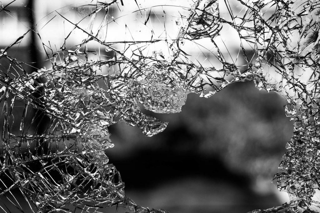 Violência vidro partido