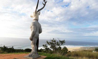 Estátua homenagem surfista, artista Adália Alberto