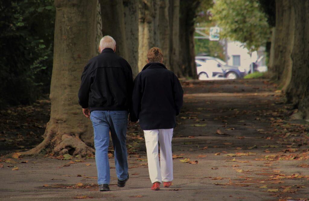 Casal a caminhar