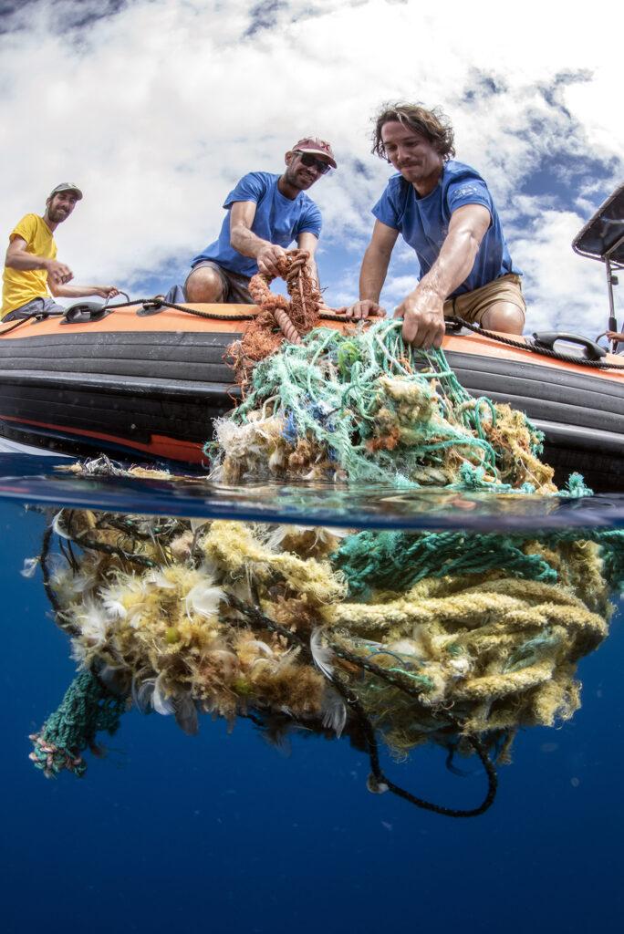 """Foto: """"All hands on deck"""" foi tirada na ilha do Pico e ilustra investigadores da Universidade dos Açores a recolher lixo marinho"""